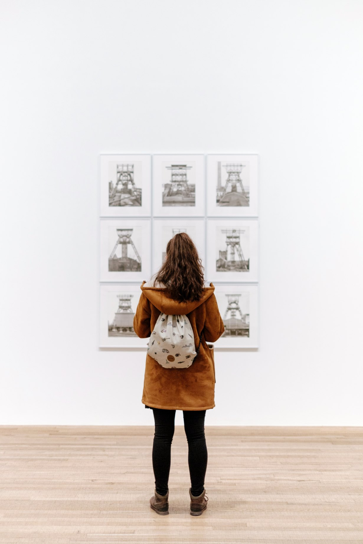 A girl looking at a gallery wall in the Tate Modern, London. By Samuel Zeller.
